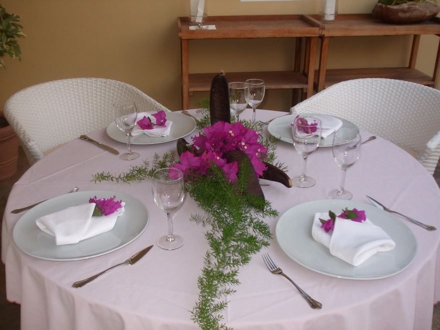 Gedeckter Tisch fürs abendliche Dinner